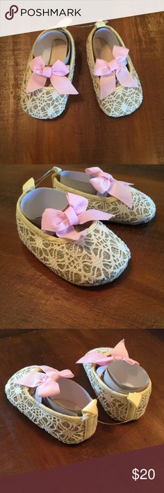 """Baby girl bow knot beige shoes Brand new, with out tags, lovely baby girl bow knot beige shoes. Pink bow attached to elastic band on top of shoe. Size 1 or 0-6 months. Only offers made using the """"offer"""" feature are considered. No trades. No PayPal. Oker Shoes"""