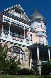 5 Ojo Inn: site for a great Eureka Springs Getaway Victorian Bed, Victorian Style Homes, French Style Homes, Victorian Houses, Architecture Artists, Unique Architecture, Painted Lady House, Castle House Plans, Storybook Homes
