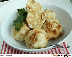Vídeňské knedlíky 6 housek 250 ml mléka 2 vejce olej na pokapání 140 g hrubé mouky