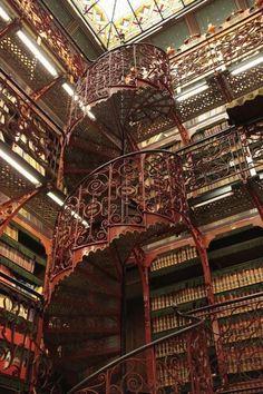 Escada da antiga Biblioteca da Casa Holandesa dos Representantes.