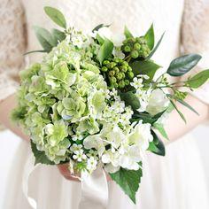 ふっくらとした淡い緑の紫陽花がみずみずしい、紫陽花のクラッチブーケ。ユーカリや緑のベリーが、ナチュラルでフレッシュな雰囲気です。青 水色 紫陽花 クラッチブーケ ブートニアセット/シルクフラワー(造花)
