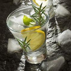 Der unwiderstehliche Gin Fizz von Rosemary:    3 Zweige Rosmarin  1 kleine Zitrone, ausgepresst  1/2 Teelöffel Honig  5cl Gin  1 dl Sparkling Water    Um den Rosmarin-Geschmack richtig reinzukriegen, sollte man ihn direkt im Cocktailglas kurz im Zitronensaft einlegen. Dann den Honig untermischen und das Glas mit Eiswürfeln auffüllen. Denn Gin eingiessen und mit dem Soda auffüllen. Sanft umrühren. Und enjoy the fancy shit!