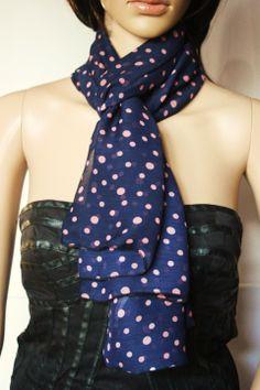 Foulard en mousseline crêpe bleu à pois roses : Echarpe, foulard, cravate par emmafashionstyle