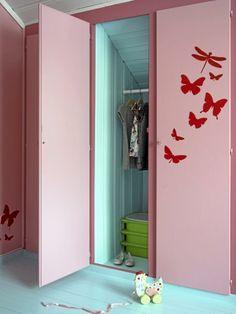 Inni skapene ble vegger og gulv malt i samme farge som gulvet ellers i rommet. Det gir en fin kontrast til de rosa veggene. Wallstickeren Butterfly er fra fermliving.dk.