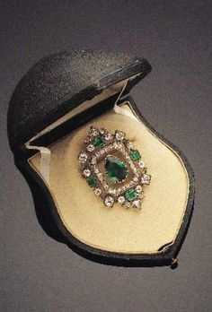 A 19th century gold, diamond and emerald brooch. Image source: Tajan, 11 February, 2003#antique #brooch