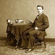 1877: Un giovane Thomas Alva Edison mostra la invenzione, il fonografo. Inizia l'era del suono registrabile e riproducibile