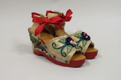 another shot of these fabulous carved wooden wedges!! <3