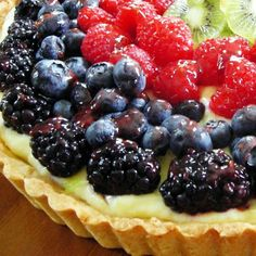 French Fruit Tart with fresh fruit and pastry cream (WS pie and tart) Brownie Desserts, Just Desserts, Gourmet Desserts, Plated Desserts, Tart Recipes, Fruit Recipes, Dessert Recipes, Uk Recipes, French Recipes