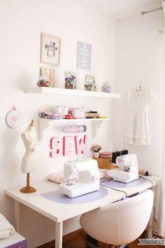 UN bureau, des murs blancs, quelques touches de couleurs et l'inspiration…