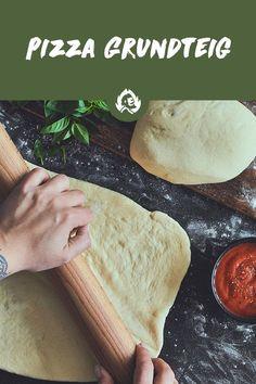 Was gibt's schließlich Besseres, als in eine heiße, knusprige, fluffige, frische Pizza zu beißen?! Wer einmal authentische italienische Pizza probiert hat, will von TKP (Tiefkühlpizza) nix mehr wissen. Das Gute: Richtig leckerer Pizzateig braucht nur eine Handvoll Zutaten: Mehl, Salz, Hefe, Wasser und etwas Olivenöl. Kneten, gehen lassen, nochmal kneten und ab damit auf den Pizzastein! Einfacher geht's echt nicht. Deep Dish, Tasty, Yummy Food, Make An Effort, Grilling Recipes, Great Recipes, Veggies, Bread, Cheese
