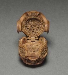 'Молитвенные орехи' (prayer nuts) — это маленькие деревянные шарики, украшенные внутри и снаружи резьбой на религиозные темы. Для изготовления одного подобного 'орешка' требовалось немалое искусство. Внутри вогнутой сферы вырезались миниатюрные сюжеты, посвященные жизни Христа и его апостолов. Ширина одного 'ореха' составляла не более 3-5 сантиметров в диаметре.