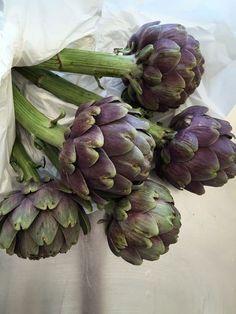 """roldam: """" (via Purple Area: Kronärtskockor i vas) """" Fruit And Veg, Fruits And Vegetables, Still Life Photos, Veggie Tales, Frisk, Green And Purple, Purple Rain, Horticulture, Asparagus"""