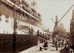 Entre las últimas décadas del siglo XIX y las primeras del siglo XX, una masiva inmigración de origen europeo arribó por barco al Puerto de Buenos Aires.