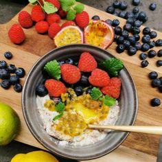 Lavkarbo mandelgrøt med chiafrø Frisk, Omega 3, Fruit Salad, Acai Bowl, Breakfast, Food, Acai Berry Bowl, Morning Coffee, Fruit Salads