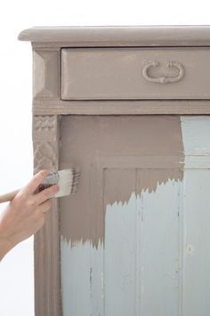 Vintage gorgeousness is only a paintbrush away, with this exclusive DIY on how to refinish furniture with chalk paint: (Diy Furniture Redo) Chalk Paint Projects, Chalk Paint Furniture, Furniture Projects, Diy Furniture, Diy Projects, Coco Chalk Paint, Chalk Paint Dresser, Chalk Paint Colors, Furniture Refinishing