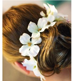 Beach bridal hairstyle with fresh white flowers with yellow centers