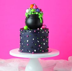 Bolo Halloween, Halloween Cakes, Halloween Treats, Halloween Party, Spider Web Cake, Sugar Skull Cakes, Horror Cake, Cauldron Cake, Fancy Sprinkles