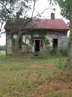 North Carolina old farm house. Old Abandoned Buildings, Abandoned Mansions, Old Buildings, Abandoned Places, Creepy Old Houses, Haunted Houses, Arched Window Mirror, Castle House, Scary Places