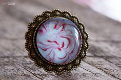 Bague Cabochon rond 25 mm Fleur auréole Bleu tendre et rouge avec anneau réglable finition argentée. Cabochon en pièce unique réalisé artisanalement.