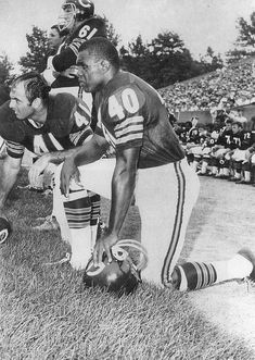 Gale Sayers and Brian Piccolo Bears Football, Nfl Football Players, Football Cards, Chicago Bears Pictures, Bear Photos, Football Pictures, Sports Photos, Minnesota Vikings Football, Nfl Usa