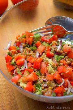 Une bonne salade méditerranéenne aux lentillessaine et bien consistante, ultra rapide à préparer, idéale pour le déjeuner en ces jours de chaleur, un plat d'accompagnement ou même un plat principal complet et végétarien composé d'avocat, de concombres, tomates, oignon rouge, de poivron vert et rouge et de lentilles riches protéines et en fibres. Le tout parfumé à la coriandre et au persil et arrosée d'une délicieuse vinaigrette faite maison à la moutarde de Dijon et au vinaigre de cidre ... Healthy Juice Recipes, Healthy Juices, Healthy Eating Tips, Healthy Nutrition, Vegetarian Recipes, Vegetable Drinks, Lentils, Fibres, Delish