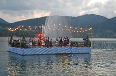 Schwimmendes Trachtler-Boot beim Seefest - Musik, Brauchtum, Tradition erlebt man bei vielen Festen in #Bayern am #Tegernsee