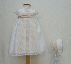 f978383c4 Conjunto para bautizo unisex · Precioso conjunto de bautizo faldón y capota  · Confeccionado en lino