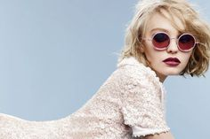 lily-rose-depp-chanel-óculos - batom vinho, óculos redondo chanel pérola vestido branco cabelo curto loiro