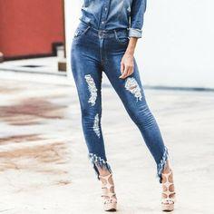 9943bc316 Calça Jeans com elastano, Destroyed na frente, barra assimétrica, desfiada  finlizada com FRANJA