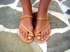 Leather flat sandals in natural and black color