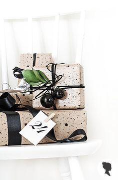 Livettes hat eine ganz besondere Verpackung Papier-Linie ins Leben gerufen, und wir sind so froh, mit Christmas Wrapping Paper zu beginnen, da dies die schönste Zeit des Jahres! :)    * Unseren festlichen Papieren werden in hoher Qualität auf Kraft Packpapier gedruckt und werden die ideale Wahl für eine lustige und trendige Geschenk-Design.  * Jede Rolle ist 27,5 x 98,5 (70 cm x 250 cm), so dass Sie können mix and match verschiedenen Designs für die perfekte Weihnachtsbaum-Look! :)    Suche…