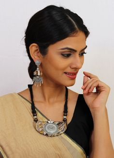 Join the bandwagon of Fabric Jewellery for Kalamkari is a traditional handblock printing technique. Silk Thread Necklace, Beaded Necklace Patterns, Fabric Necklace, Jewelry Patterns, Textile Jewelry, Fabric Jewelry, Handmade Necklaces, Handmade Jewelry, Jewellery Diy