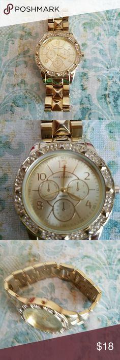 Sofia Vergara gold tone quartz watch. Nice bracelet style gold tone watch. Sofia Vergara Accessories Watches