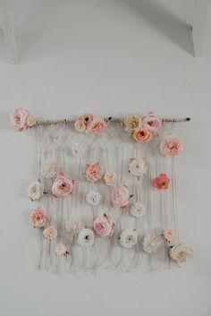 Inspired by today's Foggy Mountaintop Elopement with Macrame feature, we're going to share a two part project we've been working with Los Angeles floral designer Best Day Ever Floral Design and photographer Jesialex. The first of our DIY Easy Macramé Wall Design Floral, Deco Floral, Diy Wand, Easy Home Decor, Handmade Home Decor, Easy Diy Room Decor, Diy Crafts For Bedroom, Mur Diy, Diy And Crafts
