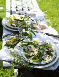 Forellen-Spargel-Salat Zutaten für 4 Personen: Für den Salat: 500 g grüner Spargel, 10 g Butter, 1 TL Zucker, Salz, 1 Romana-Salat, 400 g geräucherte Forellen-Filets, 30 g geröstete Mandelblättchen, 2 in dünne Scheiben geschnittene, rote Zwiebeln. Für das Dressing: 4 EL Orangensaft, 3 EL Apfelessig, 2 TL Senf, 2 TL Honig, Salz, Pfeffer, 6 EL Olivenöl, je ½ Bund fein geschnittener Dill und Bärlauch. Außerdem: Gänseblümchen und Bärlauchblätter zum Garnieren. Zubereitung: 1. Für den Sal...
