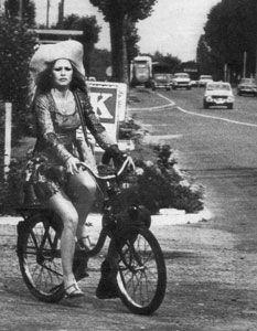 Brigitte Bardot sur un solex 2200