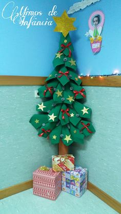 A magia do Natal. Christmas Classroom Door, Christmas Door Decorations, Office Christmas, Christmas Art, Tree Decorations, Christmas Ornaments, Kids Crafts, Diy And Crafts, Diy Cadeau Noel