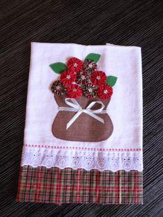 Pano de prato vaso de flores de natal, muito lindo para enfeitar Applique Towels, Baby Applique, Patch Quilt, Christmas Sewing, Christmas Crafts, Tea Towels, Dish Towels, Decorative Towels, Fabric Flowers