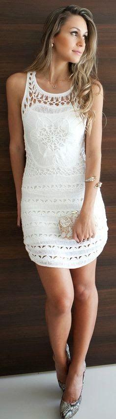 Vestido para o verão, branco fresco, com detalhes vazados que trazem a sensualidade delicada que pede para alguns locais mais casuais.