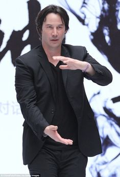 The Matrix reloaded! Keanu Reeves screams down a microphone and demonstrates intense Kung Fu moves at press conference for new film Keanu Reeves House, Keanu Reeves John Wick, Keanu Charles Reeves, Tai Chi Moves, Kung Fu Moves, Man Of Tai Chi, Martial Arts Moves, Keanu Reeves Quotes, Keanu Reaves