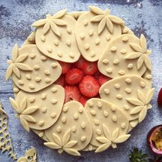 Summer is a comin' and this strawberry pie by makes me really excited! Isn't it just so cute and creative and maybe not… Pie Decoration, Decoration Patisserie, Just Desserts, Delicious Desserts, Yummy Food, Yummy Yummy, Tasty, Pie Dessert, Dessert Recipes