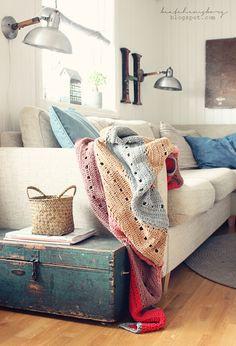 Pour relooker un canapé qui ne serait plus de toute première jeunesse, le plaid ou la couverture douillette sont une bonne option. A mixer avec des coussins coordonnés ! #home #decoration
