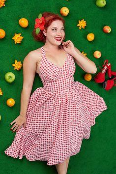 """Dieses 50s Margita Daisy Swing Dressist ein echtes Prachtkleid aus der sog. """"Housewife"""" Kollektion von Miss Candyfloss!Inspiriert an den Kleidern aus den 50er Jahren von den Hollywood Housewives, aber dann auf die Art der Marke Miss Candyfloss; für eine pfiffige und sexy Hausfrau (aber bestimmt keine 'desperate' Hausfrau) die alles im Griff hat und dazu auch noch super weiblich und attraktiv aussieht! Das figurbetonende Top mit den typischen, ger..."""
