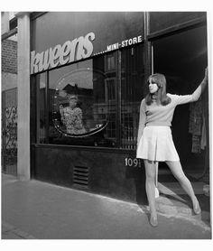 Chelsea, London. June 1967, photo Ian Tyas (© Pleasurephoto) Sixties Fashion, 60 Fashion, White Fashion, Retro Fashion, Vintage Fashion, Gothic Fashion, Mini Store, Swinging London, Carnaby Street