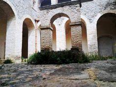 """Convento di San Francesco di Assisi _ Chiostro - Fondato nel 1614 dai frati minori Riformati, fu ampliato tra la fine del XV secolo e l'inizio del XV  secolo. Sorge in Contrada Panaiero, fuori delle mura del centro abitato. Il termine """"Panaiero"""" significa luogo di culto. E' costituito da un locale terreno la cui volta è sorretta da una colonna centrale. Il convento è formato dal piano terra e la chiesa era a navata semplice; nel 1600 furono costruiti il chiostro, le celle del piano…"""