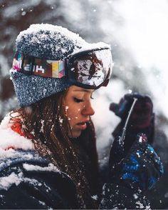 winter outfit and photography. equipment in the link Photo Ski, Mode Au Ski, Art Surf, Snow Pictures, Photo Portrait, Foto Casual, Ski Season, Ski Fashion, Sporty Fashion