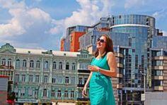 """Юлія Зелінська: """"Коли євродепутат запропонував зробити мені каву, в мене відняло мову…"""" http://dneprcity.net/blogosfera/yuliya-zelinska-koli-yevrodeputat-zaproponuvav-zrobiti-meni-kavu-v-mene-vidnyalo-movu/  Юлії Зелінській лише 22 роки, а вона об'їхала уже понад два десятки країн світу.   Випускниця економічного факультету Києво-Могилянської Академії донедавна працювала аналітиком із питань фінансово-економічної безпеки у приватній компанії."""