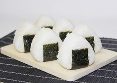 """Hallo meine Lieben, wer Mangas liest oder Animes schaut, dem werden Onigiris bestimmt ein Begriff sein. Hierbei handelt es sich um japanische Reisbällchen, die mit Fisch, Fleisch oder Gemüse gefüllt sind. In Japan sind sie ein traditionelles """"Take away"""" und eine beliebte Zwischenmahlzeit. Ich mache sie immer gern, wenn es im Sommer zum See geht...Read More »"""
