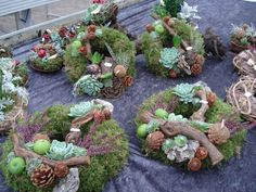 Vi har et stort udvalg af kirkegårdspynt i havecenteret og udover at have en leverandør som laver kirkegårspynt, producerer vi... Twig Crafts, Pine Cone Crafts, Fall Crafts, Funeral Flower Arrangements, Funeral Flowers, Chicken Wire Crafts, Cemetery Decorations, Sympathy Flowers, Nature Decor