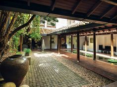 Geoffrey Bawa's The Gallery Cafe the Best of Sri Lankan Architecture Sri Lankan Architecture, Kerala Architecture, Tropical Architecture, Vintage Architecture, Vernacular Architecture, Space Architecture, Architecture Quotes, Villa Design, Courtyard Design